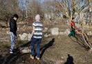 Eltern, Schüler und Lehrer bauen an dem 500m langen Zaun_3